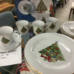 Set of 16 Christmas DIshes - HOUSEWARES